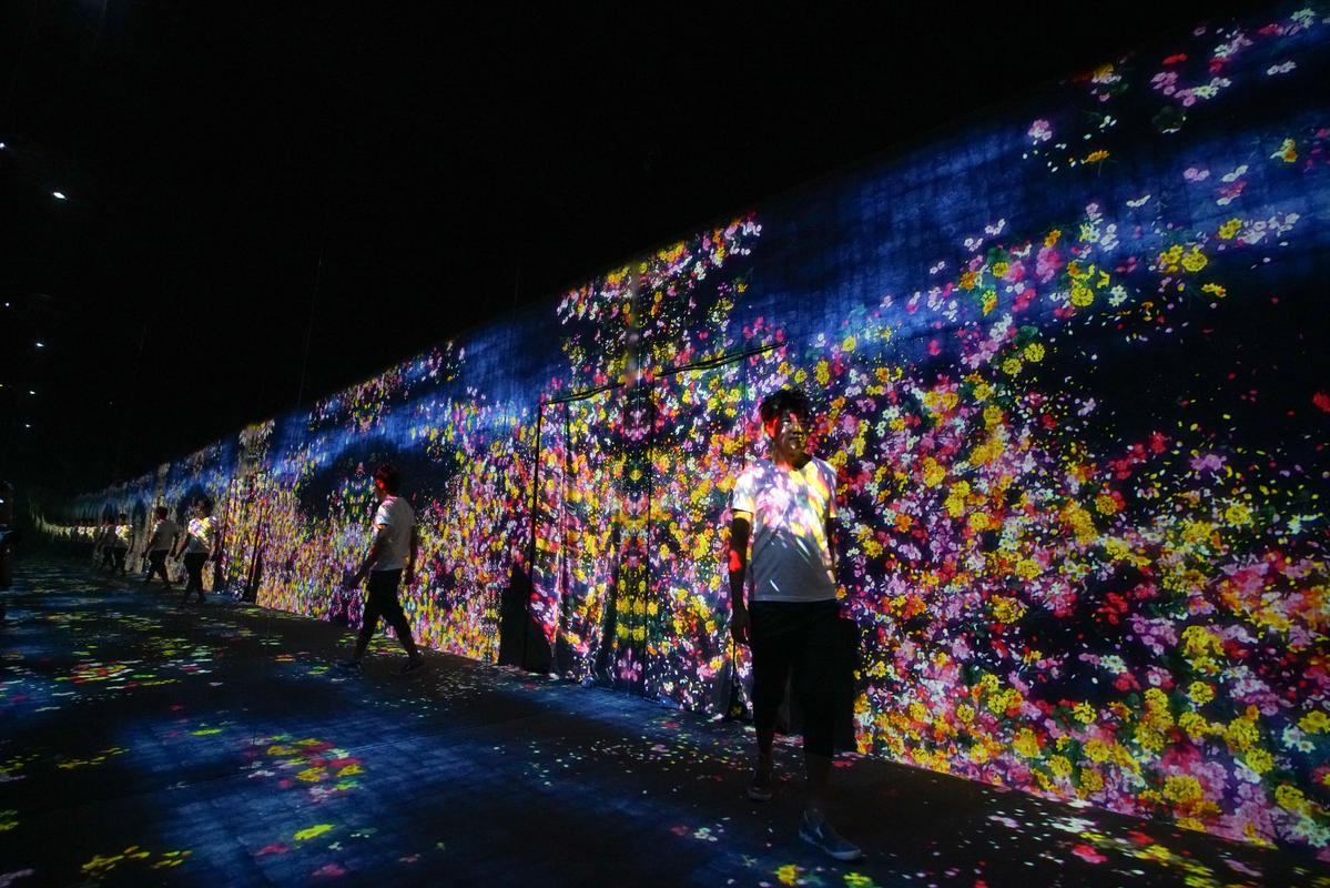 展覽空間其實不大,只是巧妙地以鏡相延伸電腦程式打造的虛擬花園,與觀賞者形成即時互動。