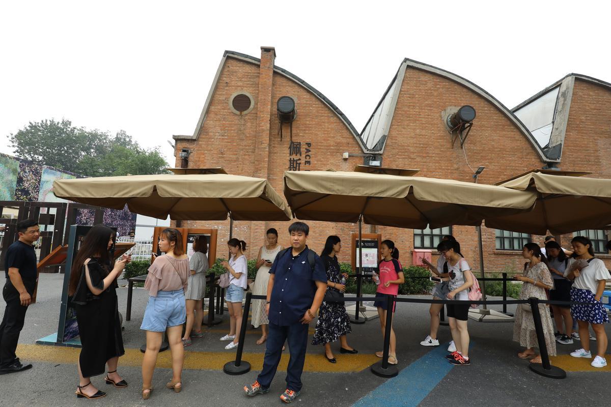 早上9點,佩斯北京門外已排起人龍,還有保安管制,可見這個展覽有多受歡迎。