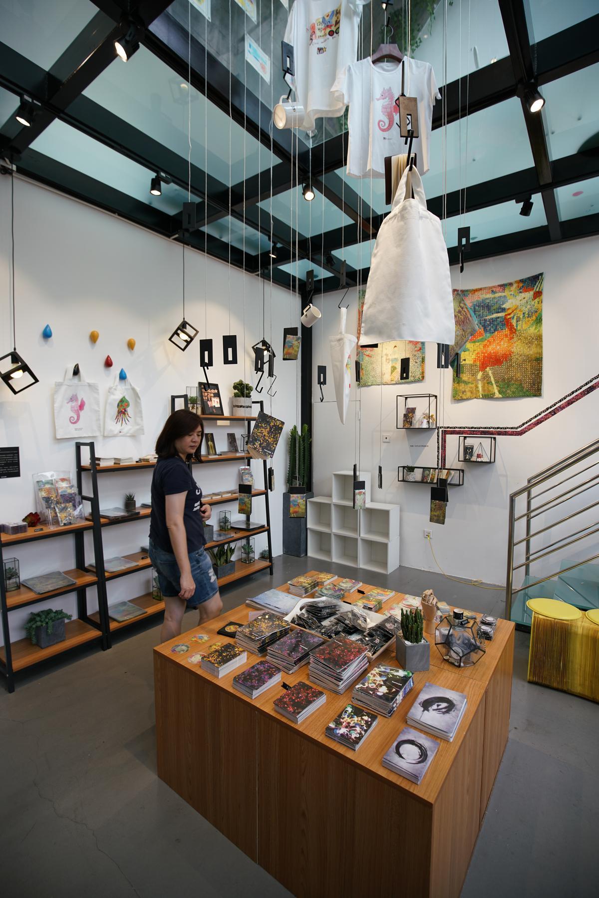 走出展覽空間,有一個小商店販售相關紀念品。