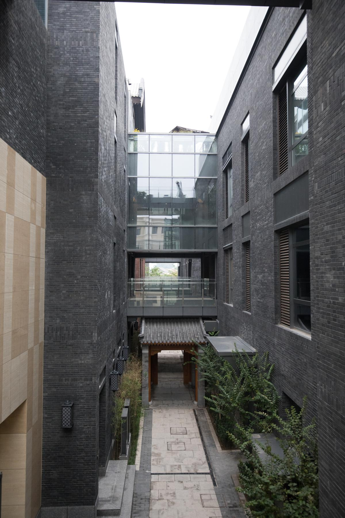 北京坊是前門新建起的購物中心,仿效老胡同外觀設計。