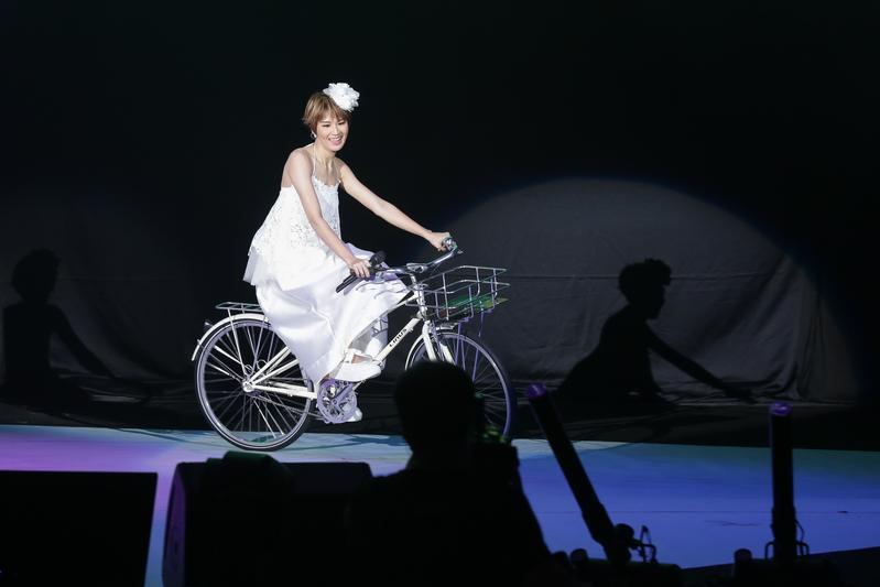 曾沛慈在演唱會騎著腳踏車出場,立刻引起粉絲驚呼。