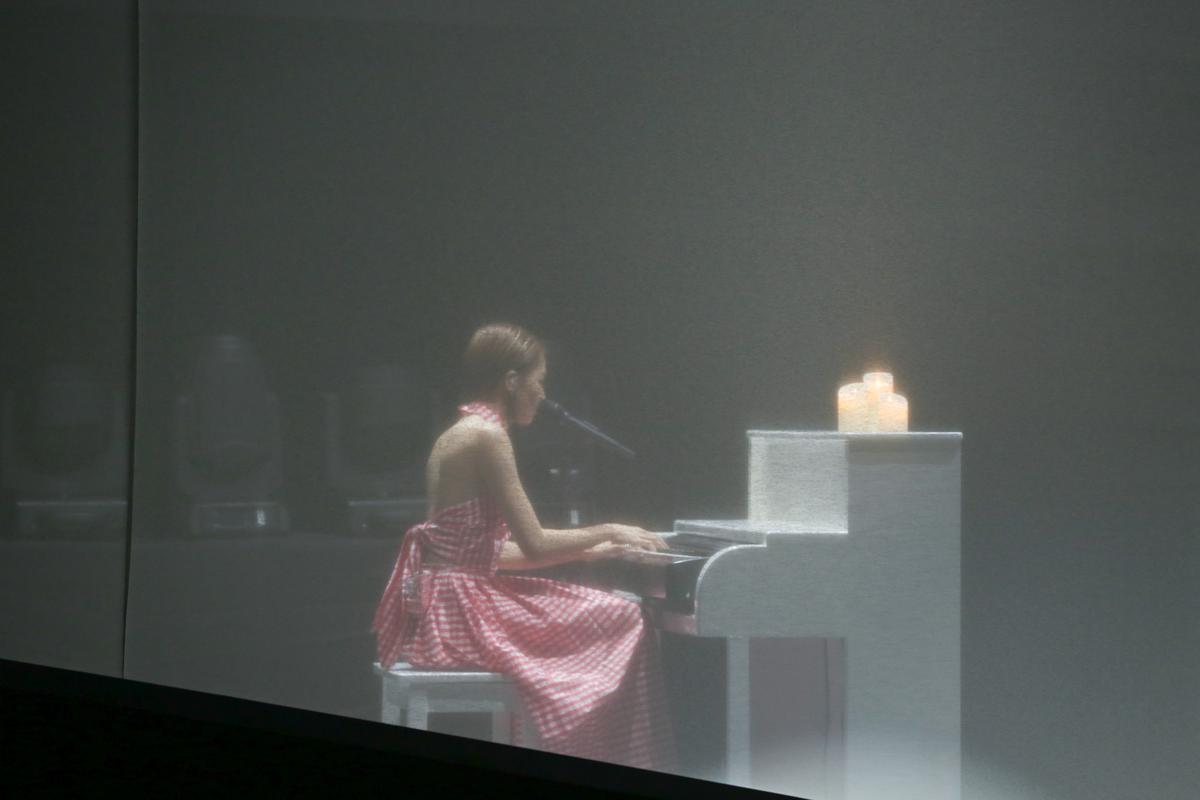曾沛慈演唱會上挑戰鋼琴自彈自唱,在白紗屋中自彈自唱〈傻瓜+一個人想著一個人〉,讓粉絲回想起原來她是會唱歌的人。