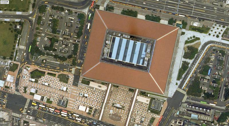 現任交通部政次范植谷擔任台鐵局長任內,高人建議後,台北車站頂樓設置「卍」字陣改運。翻攝Google Earth