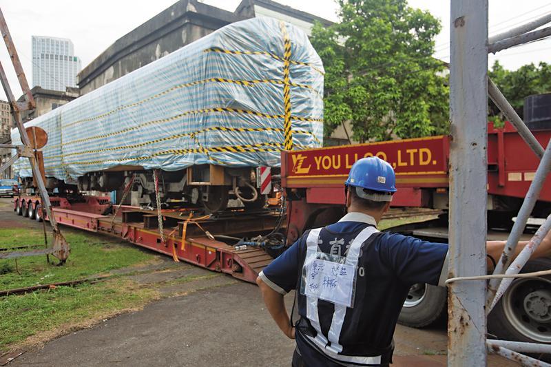 台鐵聘請專業拖吊公司從台北機廠搬運車廂至桃園,光搬運費就要花68萬元。