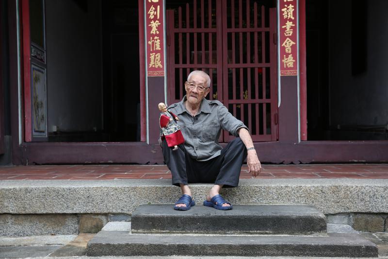 陳錫煌從母姓,陳家在清朝出過三個舉人,現住家為保存古蹟陳悅記老師府。