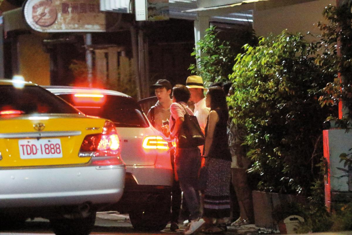01:23 聚會結束後,哈林與柯爸等人道別,和小哈利、老婆張嘉欣坐車返家。
