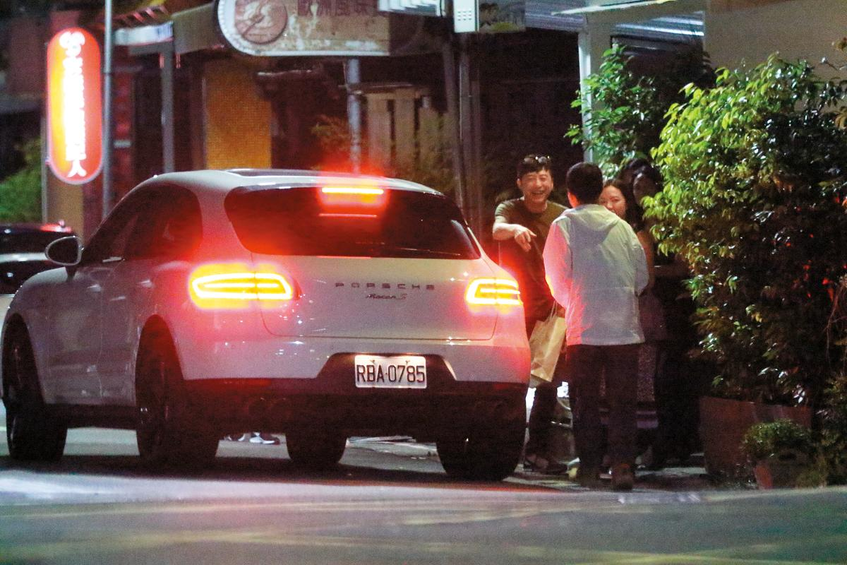 01:22 凌晨1點多,庾澄慶的白色保時捷休旅車停在柯震東家開的酒吧,剛與家人歡渡56歲生日的庾澄慶開心離開。右為張嘉欣。
