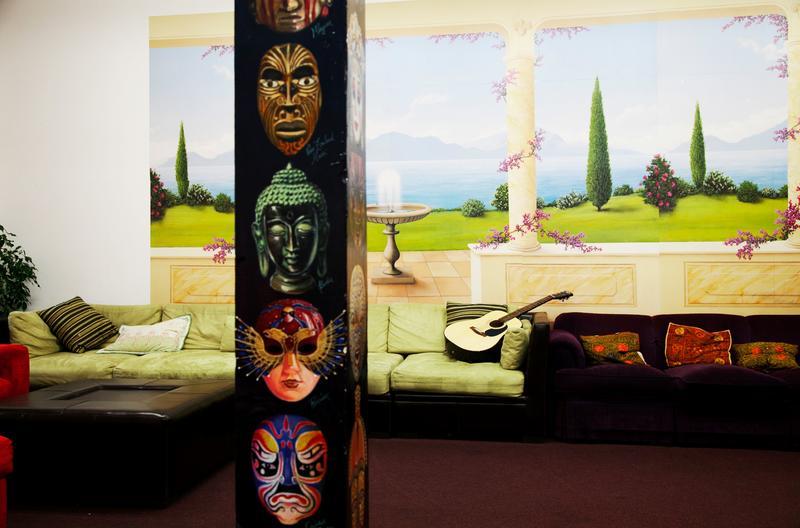 課後安靜的交誼廳空無一人,所有的演員各司其職回到生活的舞台中。