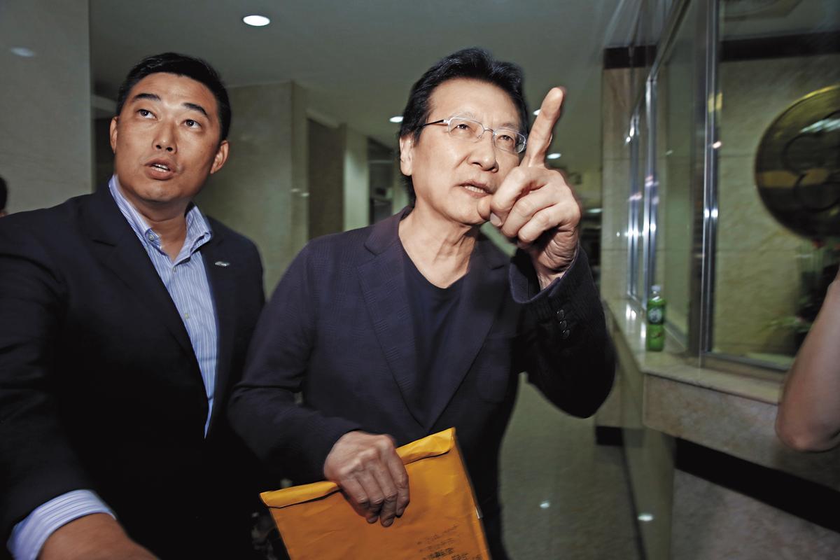 台北地檢署調查國民黨是否賤價出售中廣,8月3日以證人身分約談中廣董事長趙少康。
