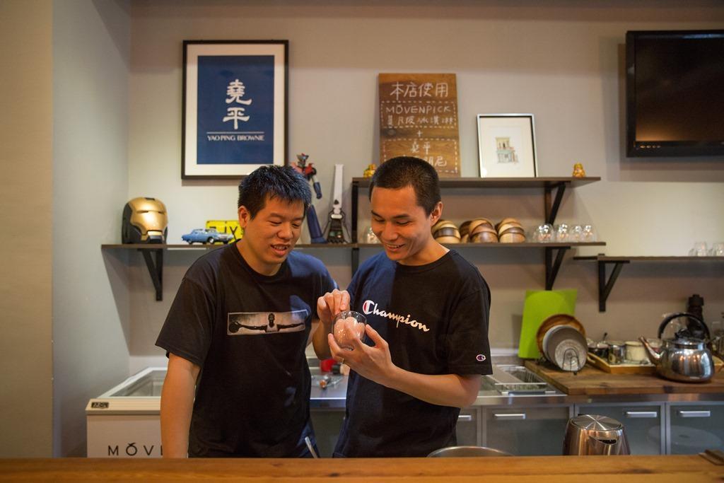 老闆堯(左)、平(右)各司其職,一個負責招呼客人,一個負責研發口味。