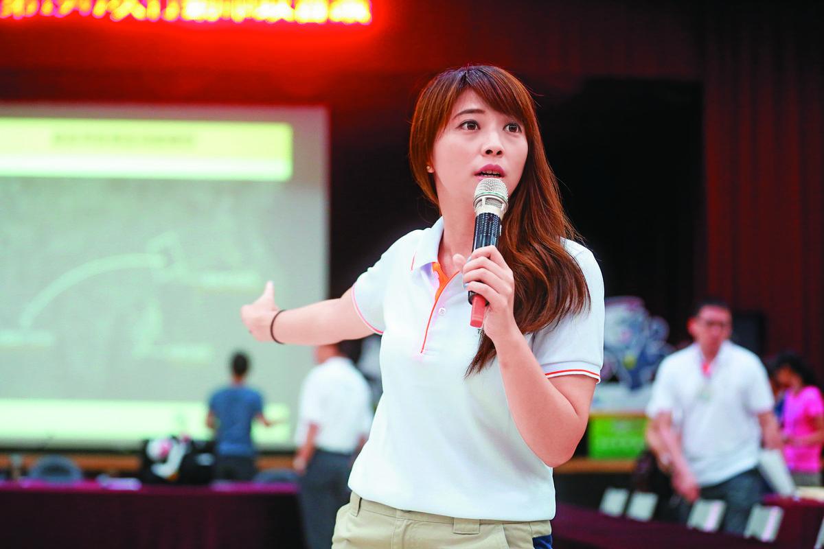 台北市府副發言人陳思宇主持柯P極重視的「行動市政會議」,表現出柔軟身段與交涉手腕。