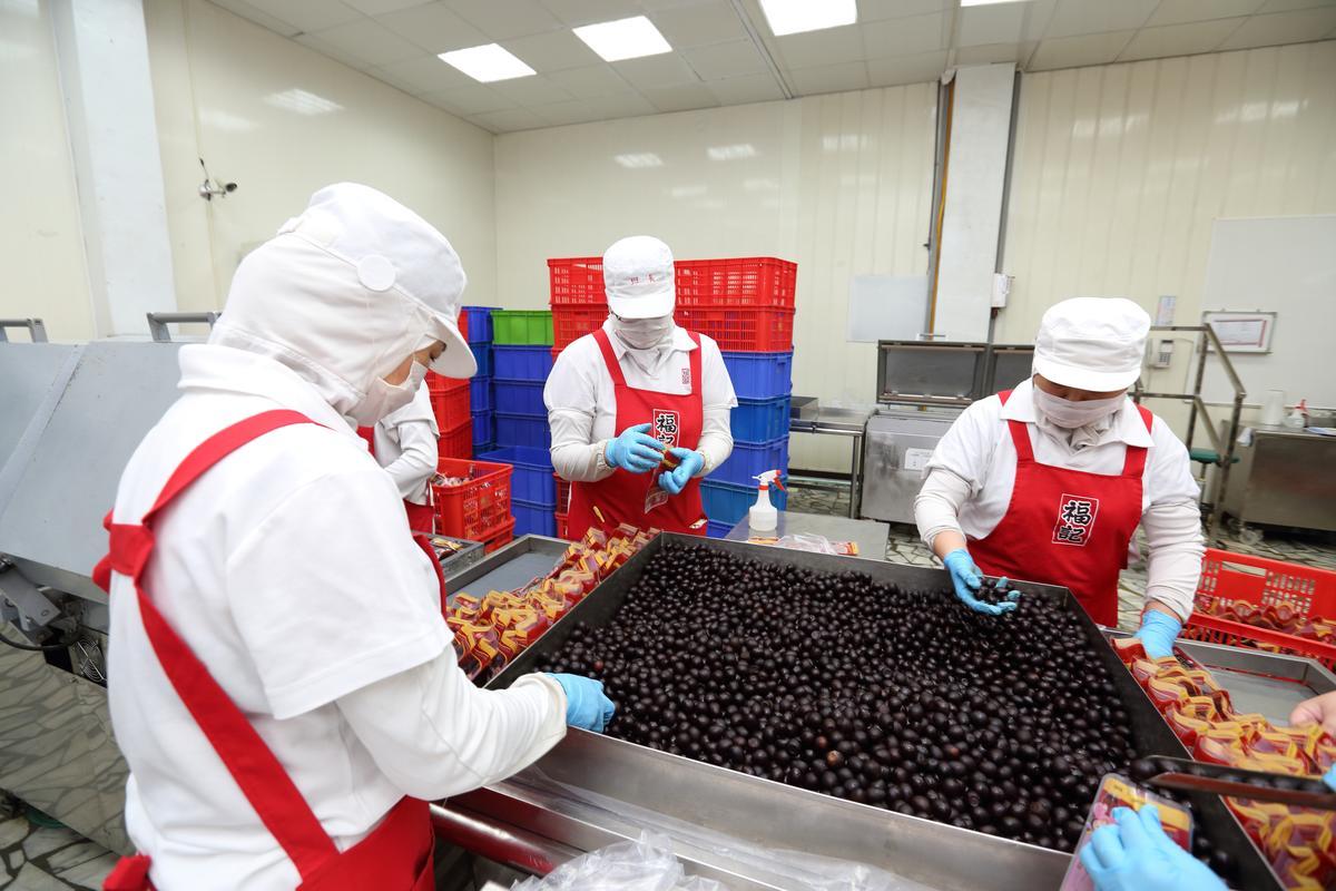 福記食品加工廠內,員工正在製作鐵蛋。