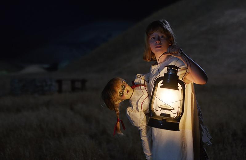 《安娜貝爾:造孽》將揭開鬼娃安娜貝爾的身世,也是「《厲陰宅》宇宙」的全新章節。