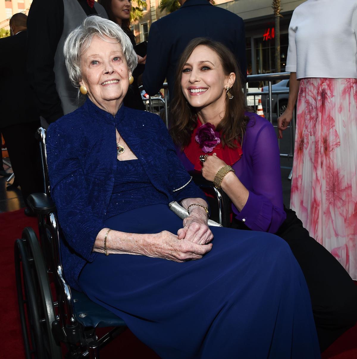 羅琳華倫(左)在2016年坐輪椅出席《厲陰宅2》首映,薇拉法蜜嘉(右)則是在大銀幕上扮演羅琳。(東方IC)