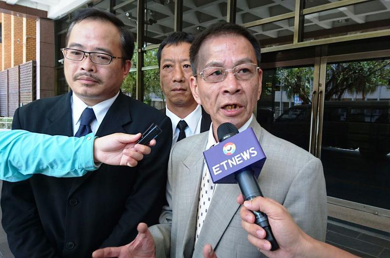 翁炳堯(右)訊後遭檢方限制住居,對案情三緘其口。