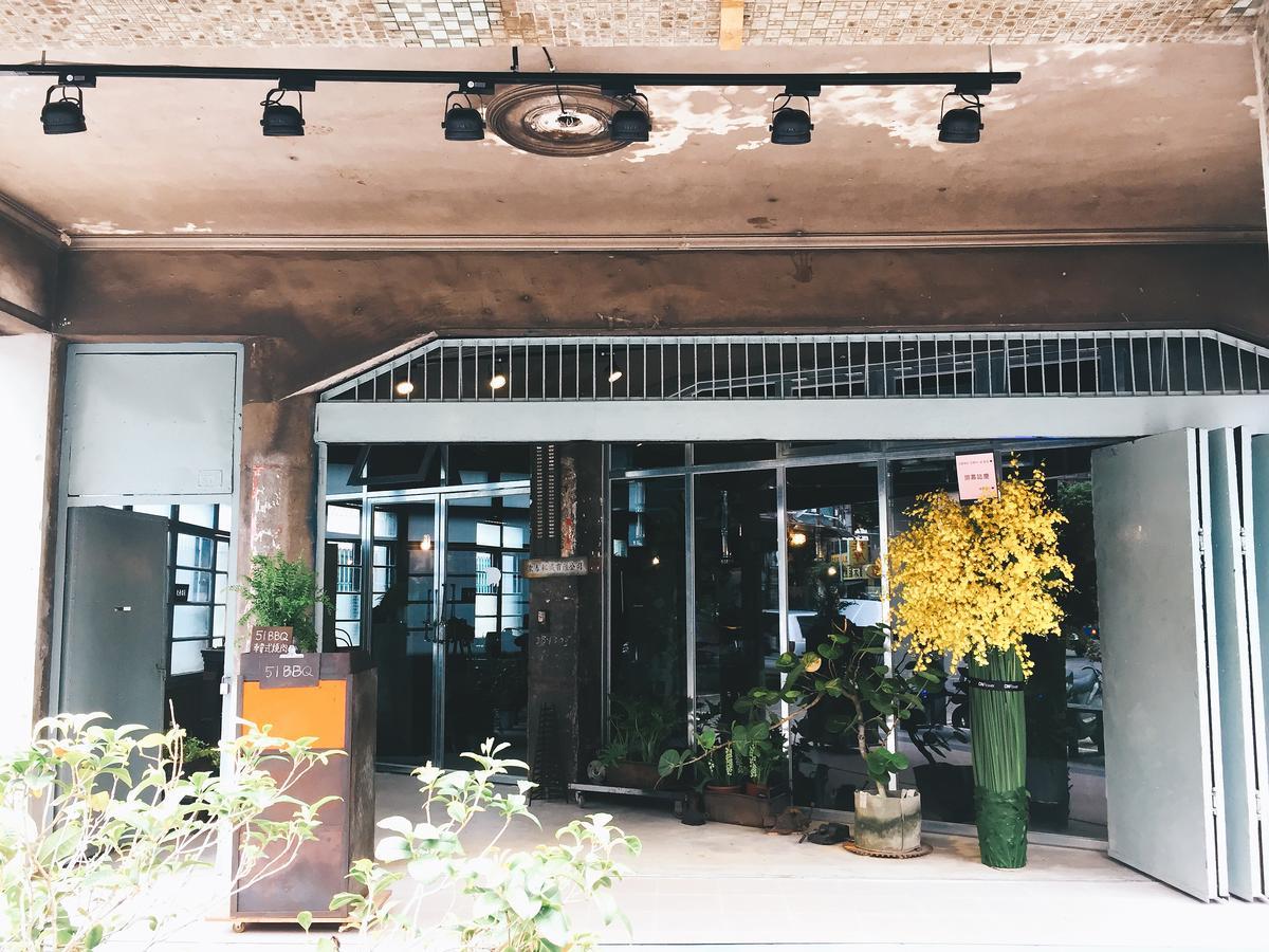 前身是鐵工廠的「51 bbq」,門面有幾分選物店的味道。