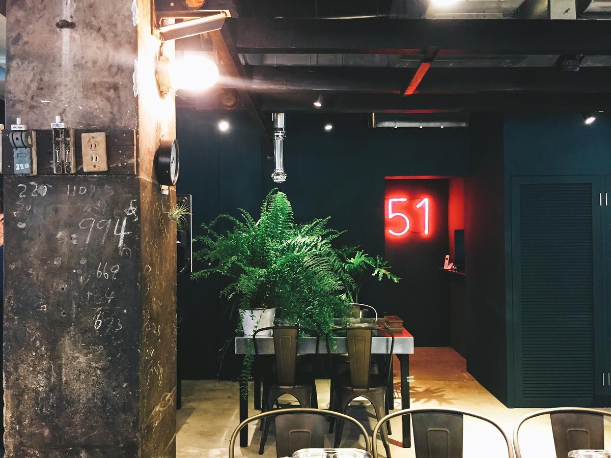 牆壁仍留有過往工作時隨手記下的數字。