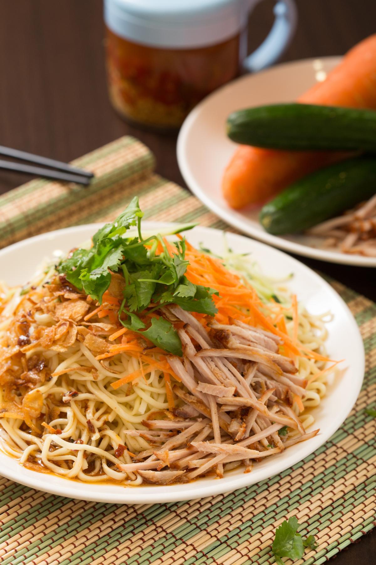 「雲南特製涼麵」的配料豐富,有黃瓜、紅蘿蔔、叉燒肉絲,搭配紅蔥頭酥和香菜提味,色、香、味俱全。(80元/份)