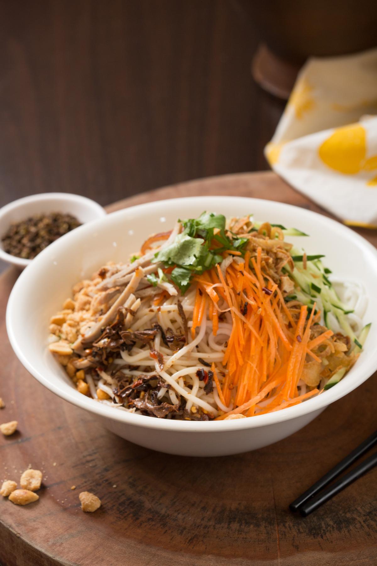 「雲南涼拌米線」的醬汁、配料與涼麵大同小異,但多加了酸筍絲和花生碎增味,米線口感比涼麵更Q。(80元/份)