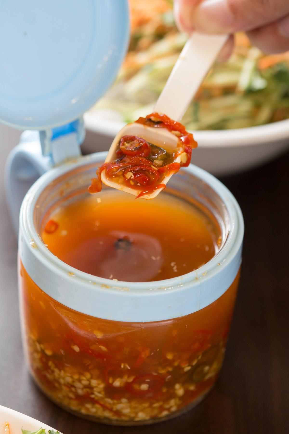 在麵食或小菜裡加點「醋泡酸辣椒」,香辣酸溜更開胃。
