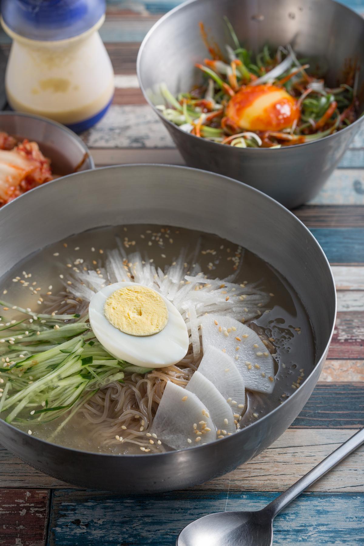 「韓式冷湯麵」的湯汁是用牛骨高湯和汽水調成,再用機器打成冰沙狀,冰涼爽口又酸溜開胃。(160元/碗)