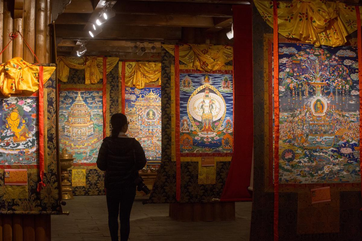 唐卡藝術其實不只有神像,各種藏族文化都會以唐卡描繪說明,又稱為藏族百科全書。