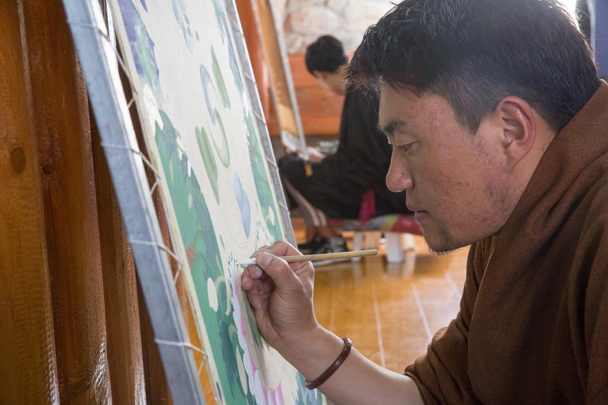 畫唐卡是門硬功夫,要培訓至少6年才能出師,專注力要比其他人還強。