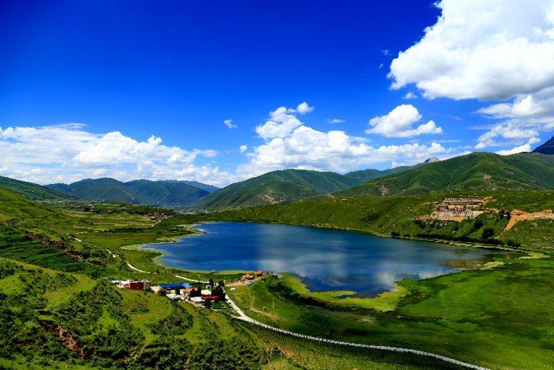 這是別人去的甘孜。甘孜卡薩湖美如天堂,全車驚呼「絕美!」,然後車子就開過了…。