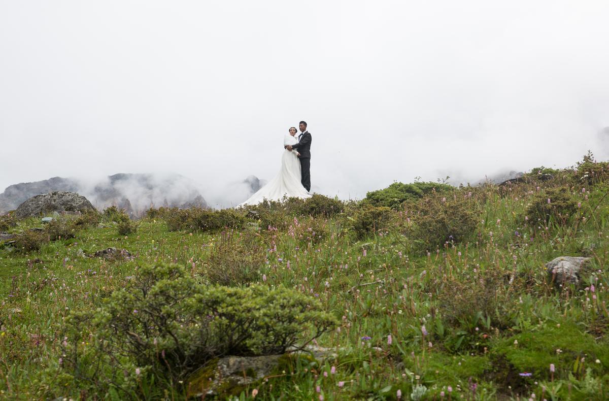 最令人驚豔的是在低溫大雨的景區中仍有人拍婚紗照,雖然沒有最藍的天,但他們的確是彼此的天使,看見的人都有點感動。