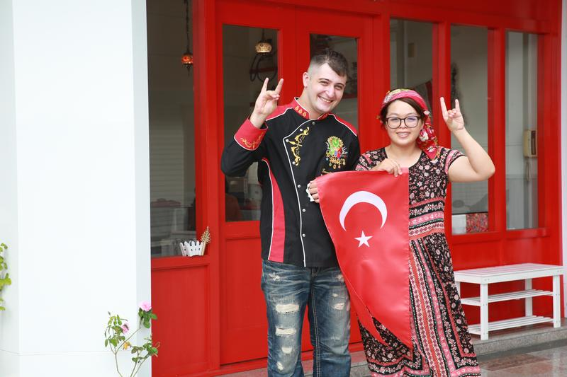 帥哥主廚Yunus和老婆葉怡青,俏皮比劃土耳其政黨的灰狼手勢。