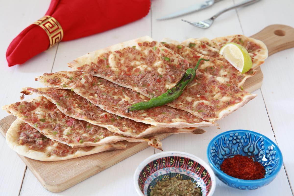 「鄂圖曼烤薄餅」撒上土耳其紅椒粉提香,再包捲烤過的糯米椒入口,相當好吃。(280元/份)