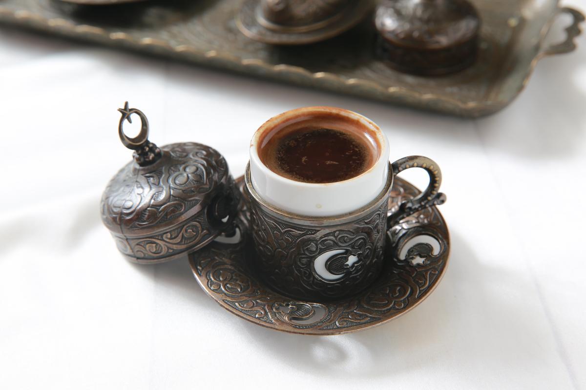 「土耳其咖啡」濃香迷人,杯裡杯外引人玩味。(150元/杯)