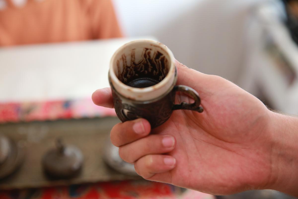 從杯底咖啡渣判讀運勢與近況。