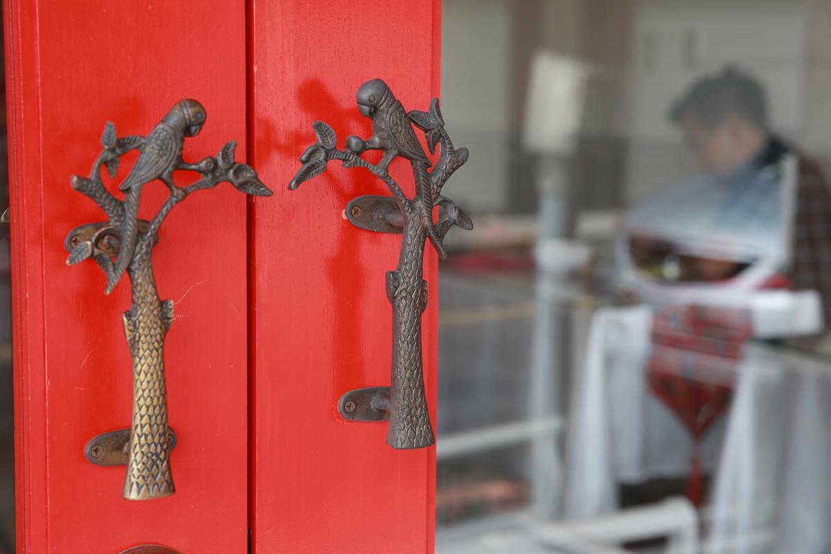門把雕工細緻。