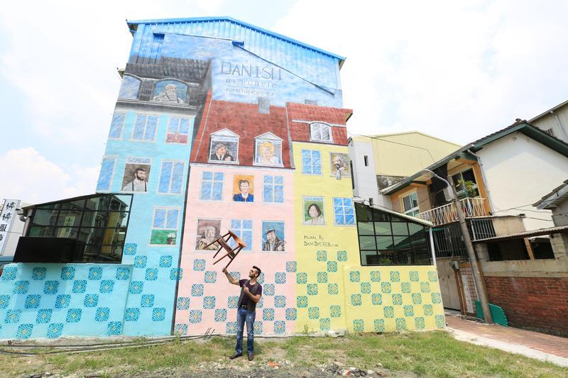「The Danish Republic單賣共和國」躲在府城老社區,男主人Diego在牆面勾勒東西方人物,文化反差很有意思。