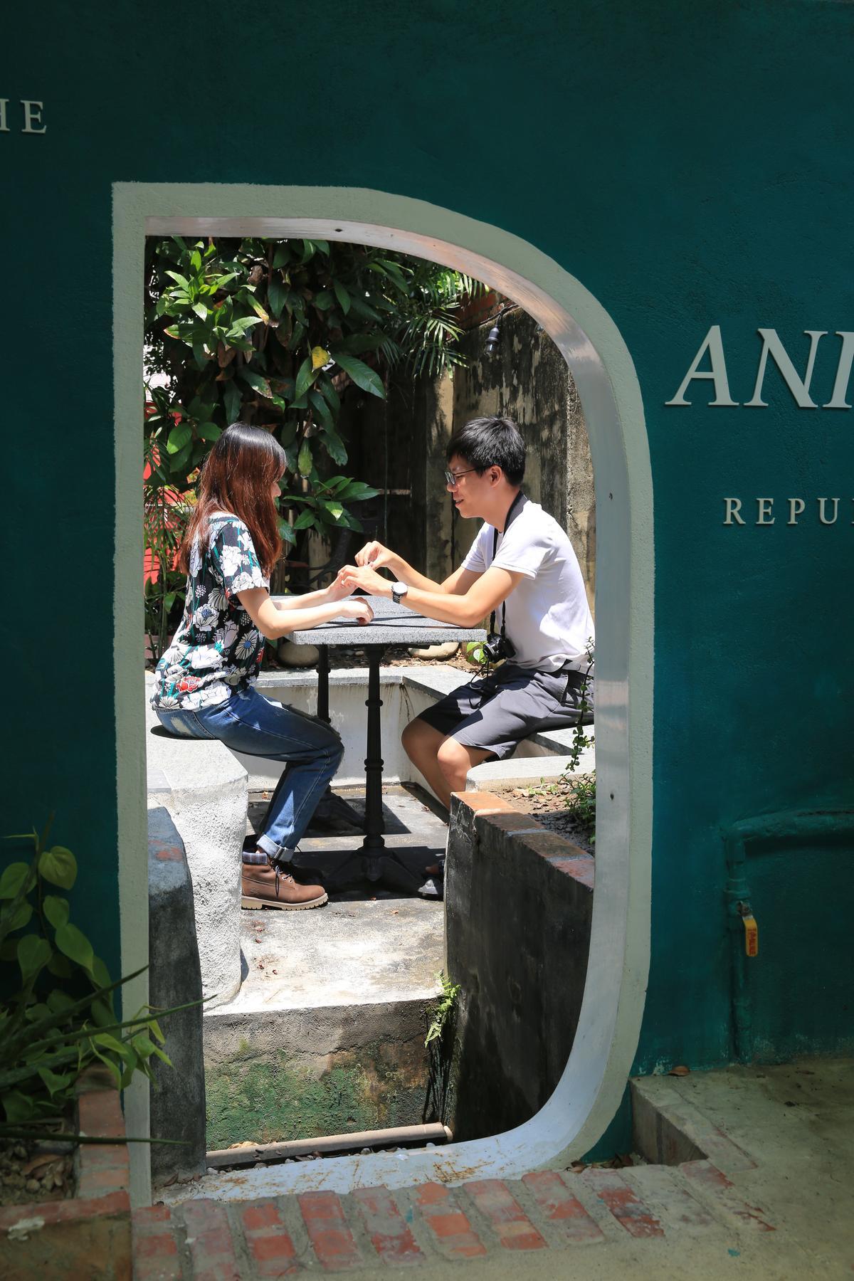 戶外庭園有不同閒情角落,這一張桌椅原本是魚池。