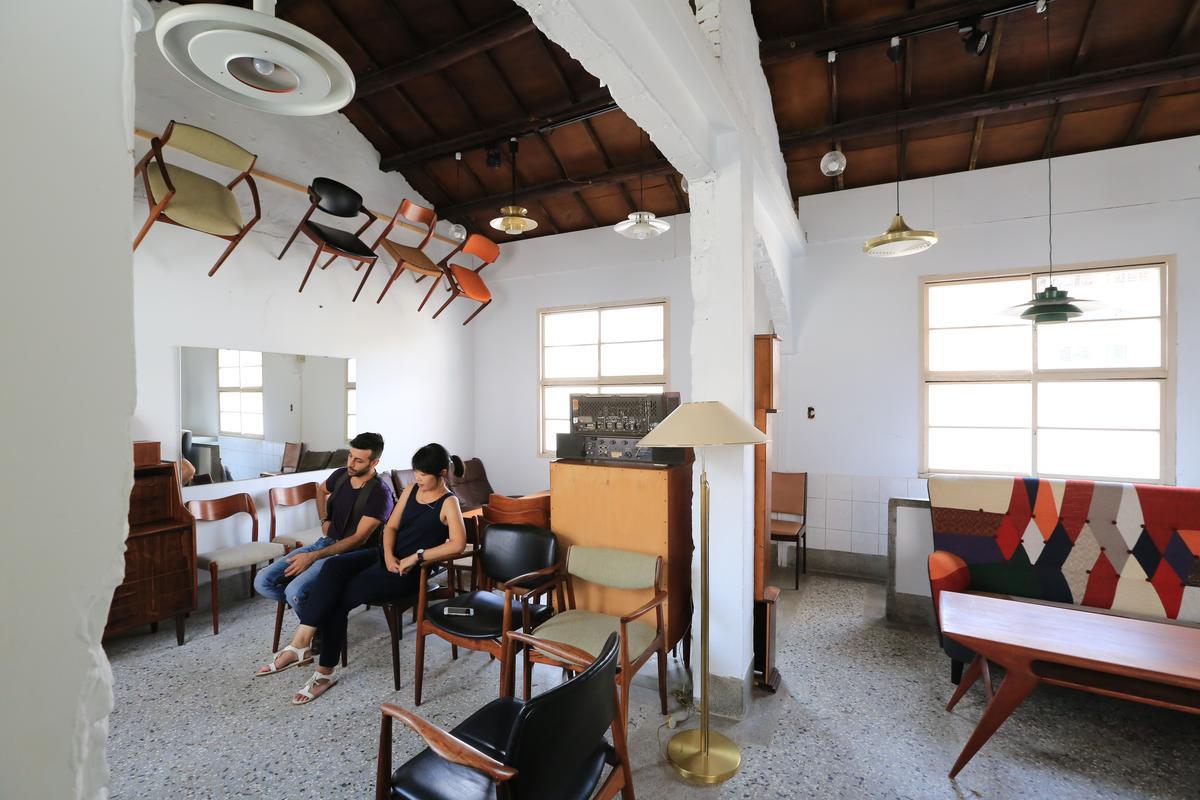 Diego經營北歐老件傢俱生意,椅子爬上屋梁、磚牆破了洞,空間也是藝術。