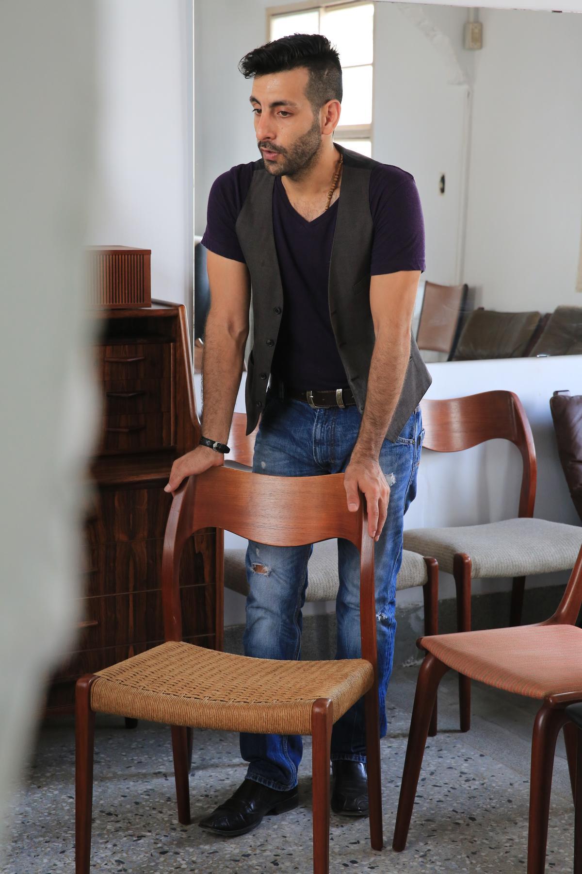 這一張編織木椅來自老奶奶,Diego聊起登門拜訪的情景。