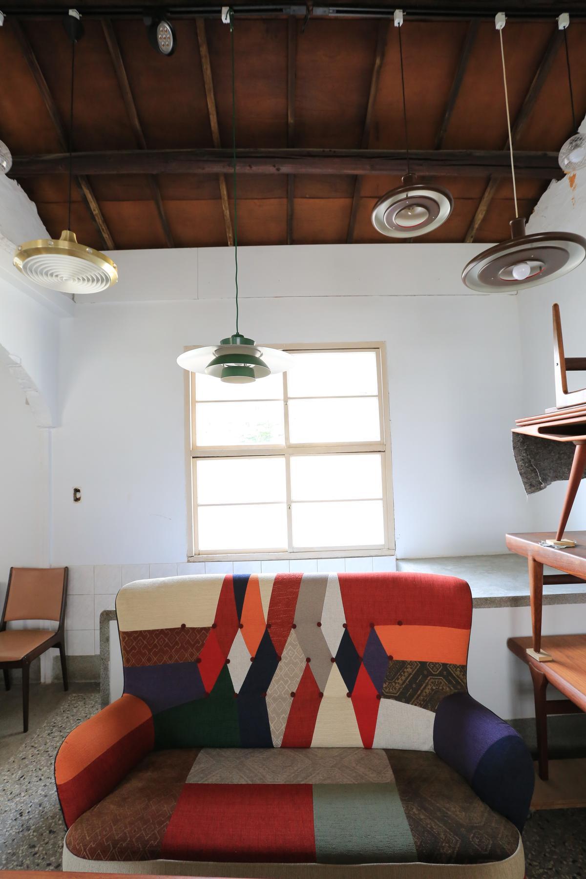 這一張布沙發是唯一的新玩意兒,Diego笑說,自己喜歡它的繽紛色彩。