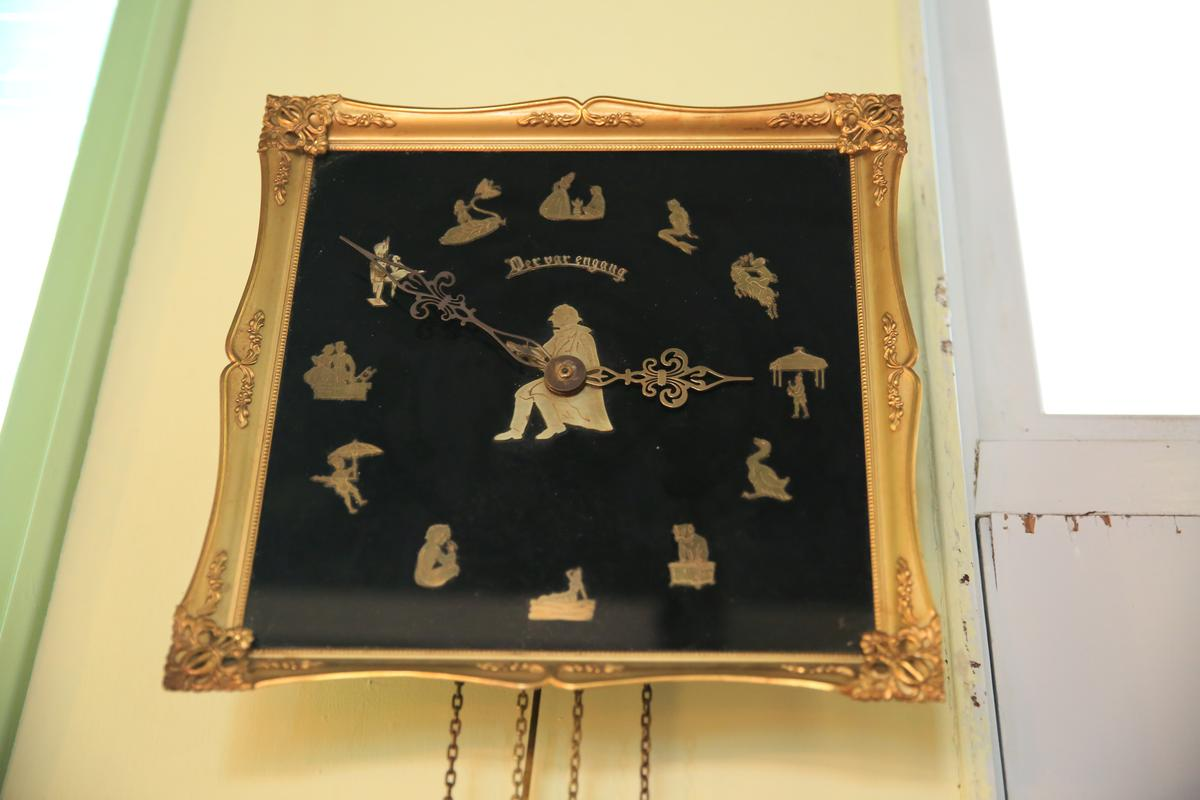 吧檯區掛著安徒生童話吊鐘。