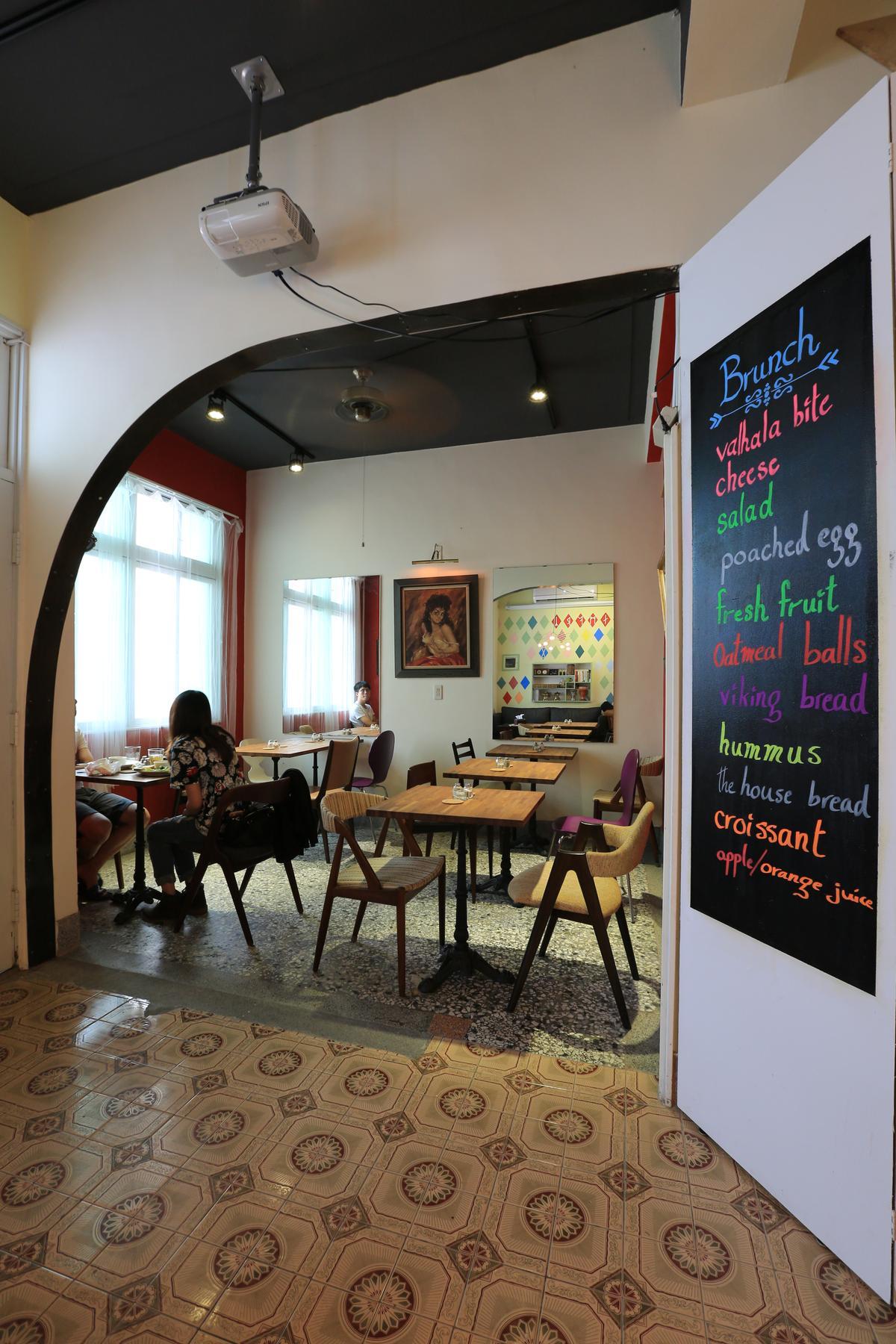 餐廳空間打破牆面,D形弧度呼應Danish。