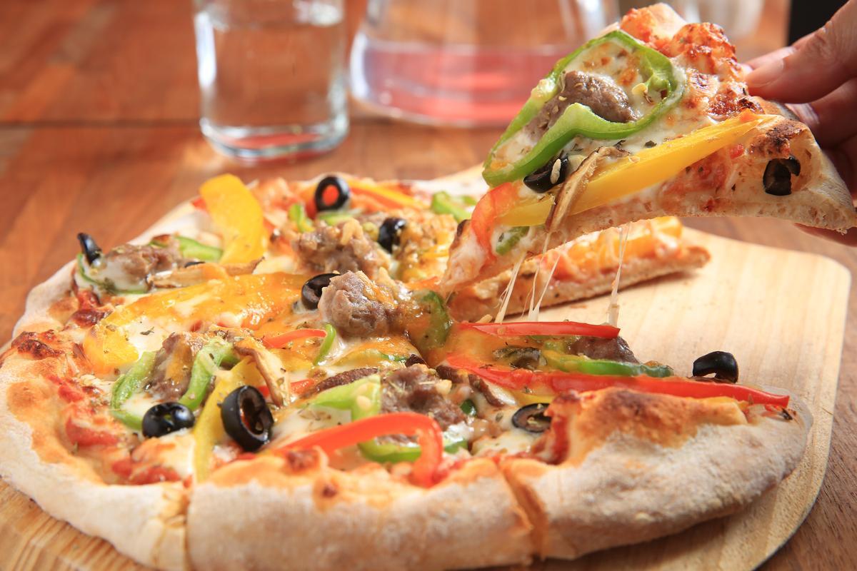 「手工全麥餅皮披薩」鋪滿新鮮食材,麵皮香酥。(260元/個)