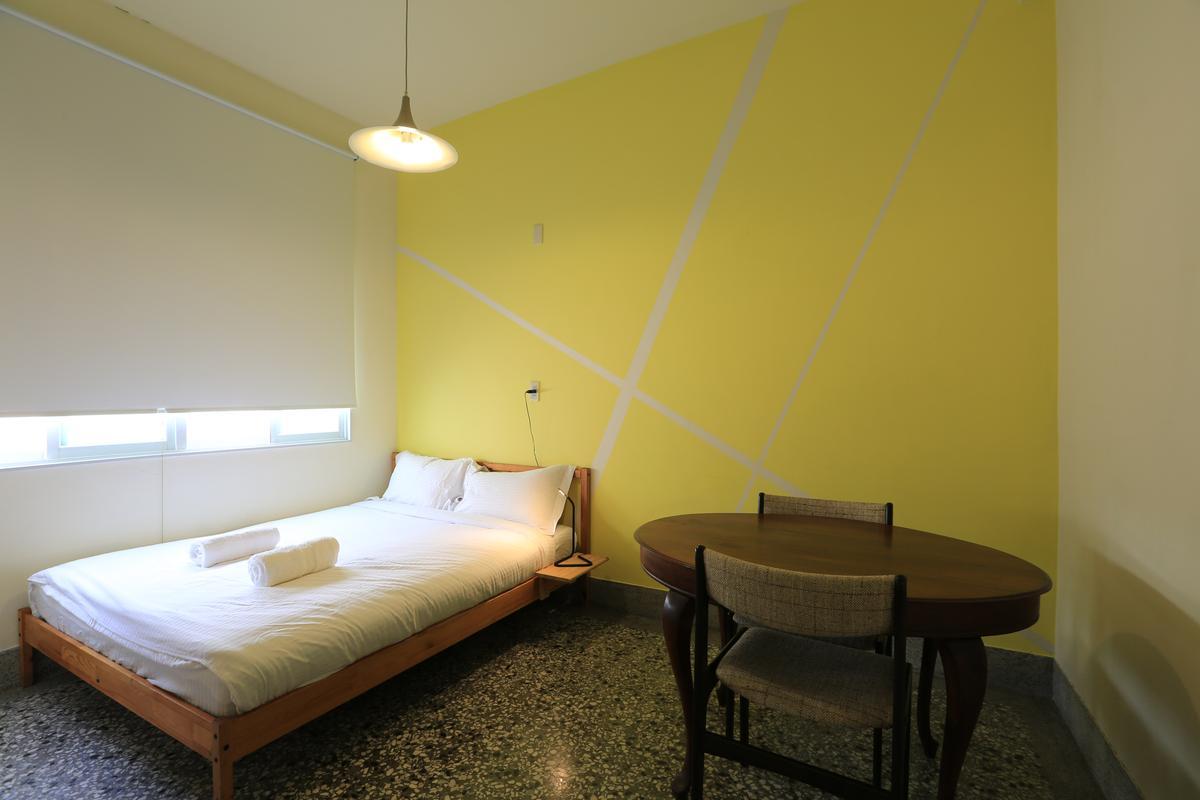 每間客房塗刷不同色彩,擺上老傢俱。