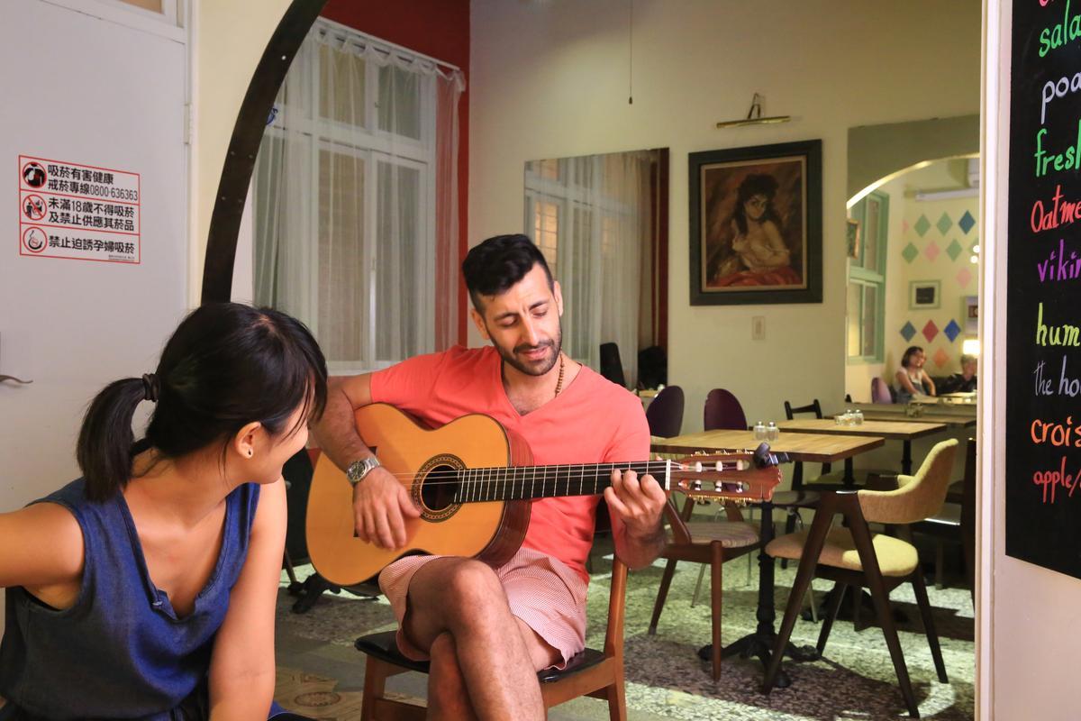閒暇時,Diego彈奏吉他,自娛娛人。