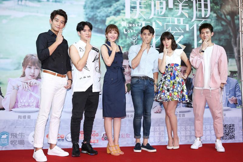 《噗通噗通我愛你》演員在台北東區舉行簽名會。