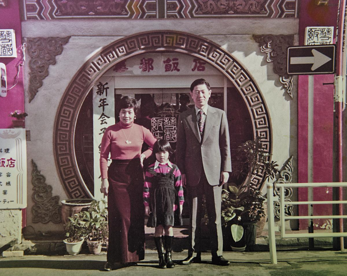 陳天璽(中)童年時,和父親(右)、母親(左)在華都飯店前留影。 (陳天璽提供)