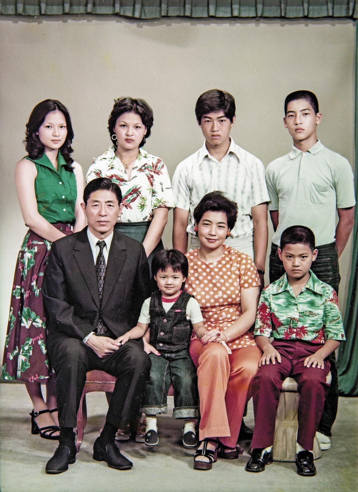 陳天璽(前排左二)幼年時的全家福。(陳天璽提供)