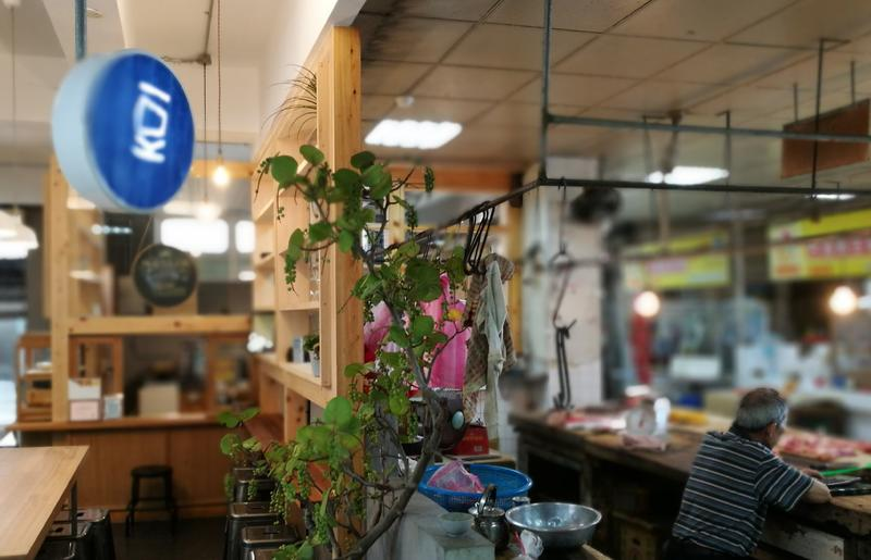 「飛魚食染」位在宜蘭冬山市場內,一旁就是豬肉攤,兩者形成有趣對比。