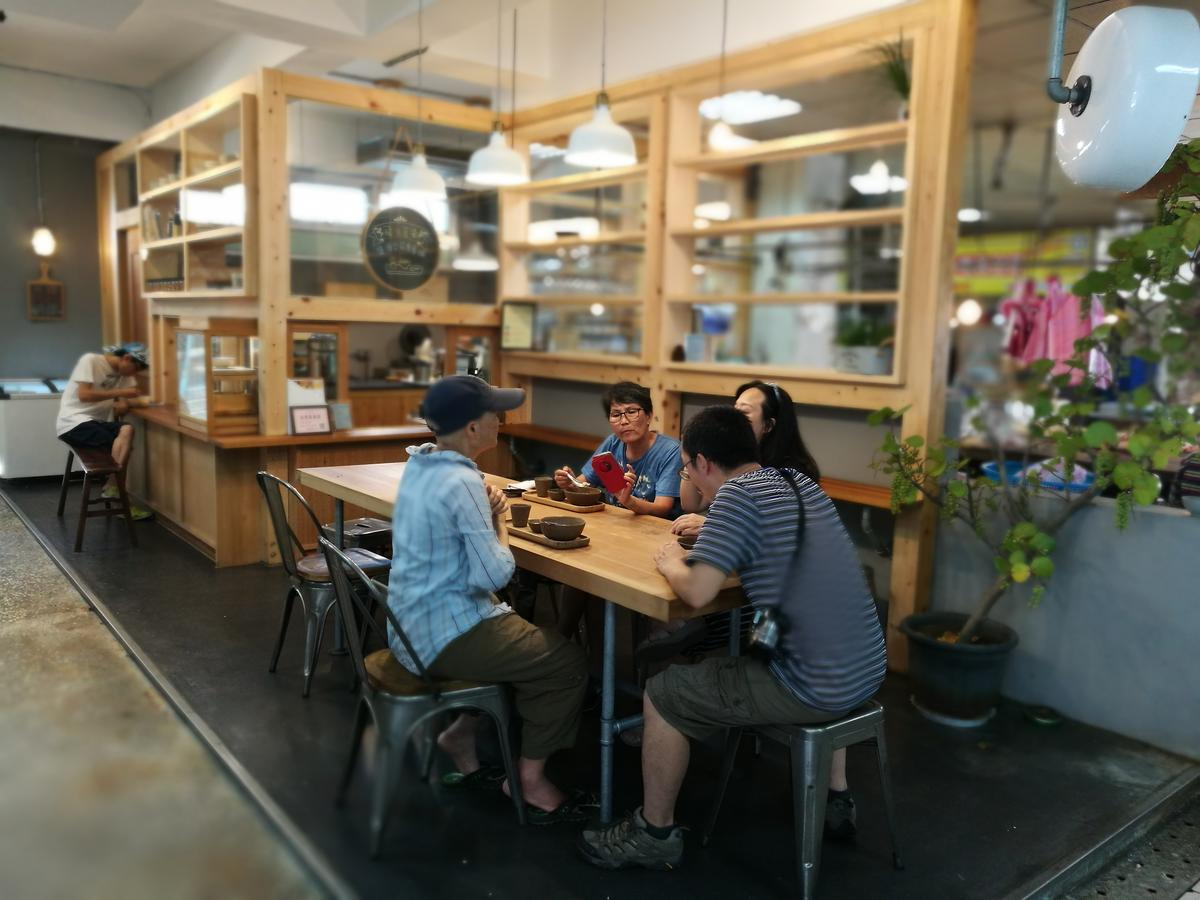 以木頭打造的豆花店,在傳統市場裡顯得格外特別。