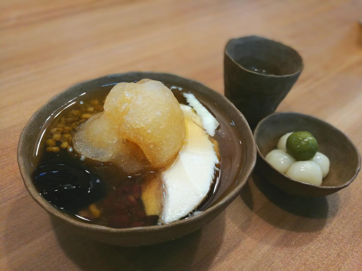 「京都白玉豆花」以手作陶器裝盛,其中Q彈白玉大受好評。(60元/碗)